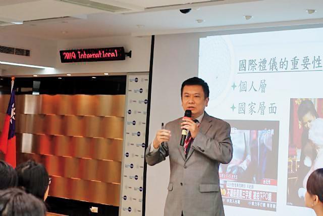 呂志堅目前擔任禮賓處副參事,常代表外交部到校園傳授「國際禮儀」。(翻攝台灣護理學會)