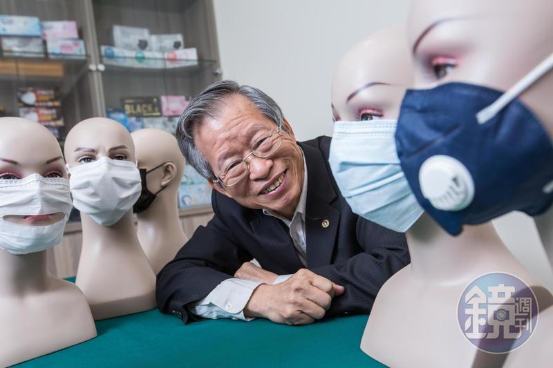 鄭永柱在SARS後投入口罩製作,因擅長研發功能型口罩,目前產量全台前三大。