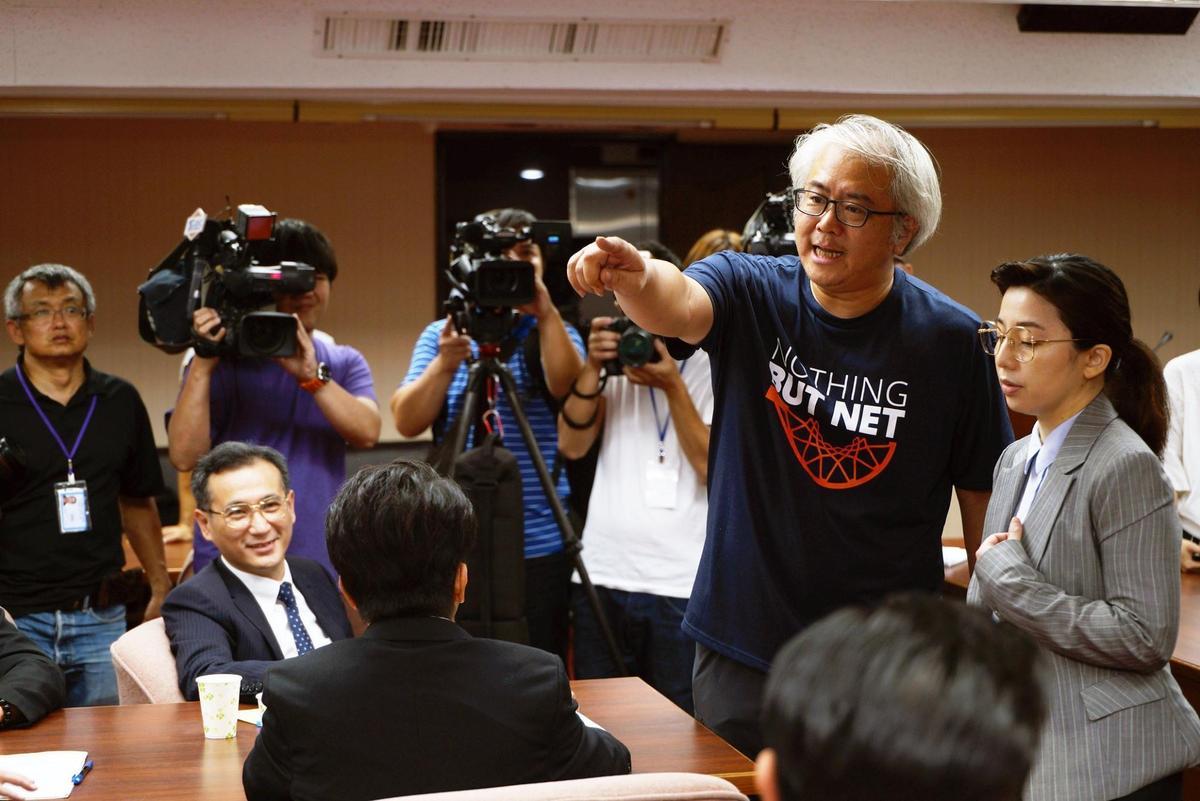 近期在網路平台上映的台劇《國際橋牌社》重現當年立法院韓國瑜與陳水扁衝突的場景,還找了真正的立委鄭運鵬客串。(翻攝國際橋牌社臉書)
