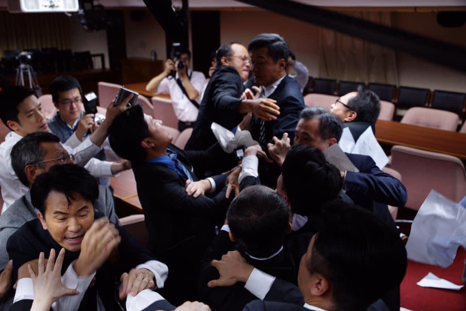 近期在網路平台上映的台劇《國際橋牌社》重現當年立法院韓國瑜與陳水扁衝突的場景。(翻攝國際橋牌社臉書)