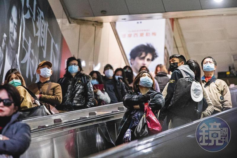 武漢肺炎全球肆虐,出入頻繁的台北捷運,乘客均戴起口罩防疫。