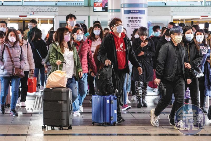 武漢肺炎疫情在中國延燒,年假春節過後的各交通運輸節點,幾乎全民都戴起口罩預防飛沫傳染。