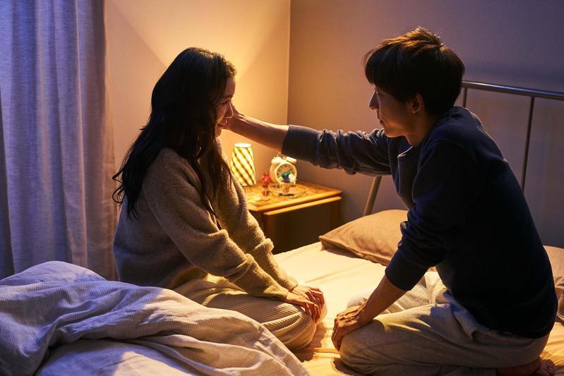 蒼井優(左)在新片《愛情人形》上空全裸,被高橋一生襲胸摸透透。(天馬行空提供)