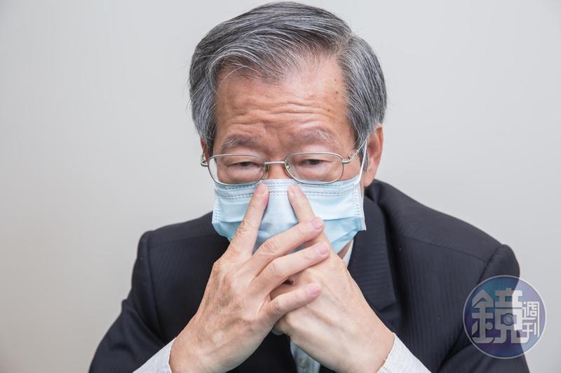 口罩要戴得服貼,鄭永柱說最重要的是兩根食指要同時按壓鼻線。