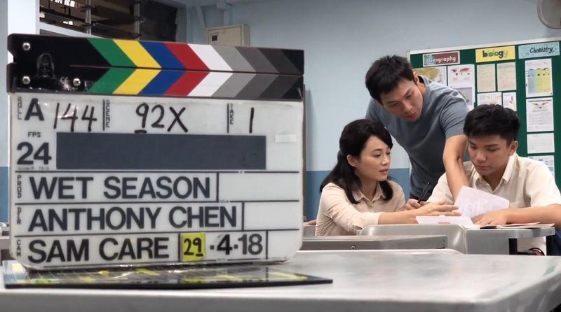 陳哲藝(中)指導楊雁雁(左)與許家樂(右)演出,為了更細緻、克制的表演不斷磨戲。(好威映象提供)