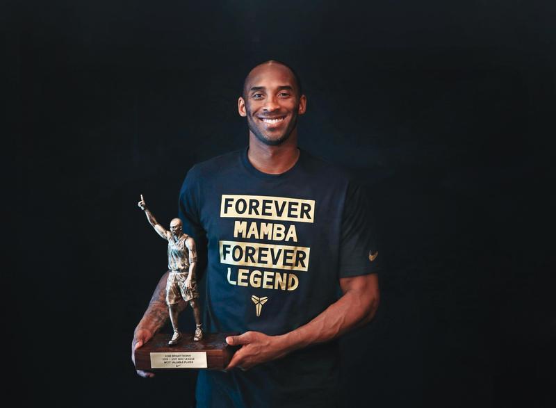 柯比布萊恩創下黑曼巴精神已成傳奇,因為他墜機意外過世,美國將省去遴選程序直接將他納入名人堂。他來台5次,第一次來台時甚至被熱情粉絲弄掉了價值幾百萬的鑽石耳環。(Nike提供)