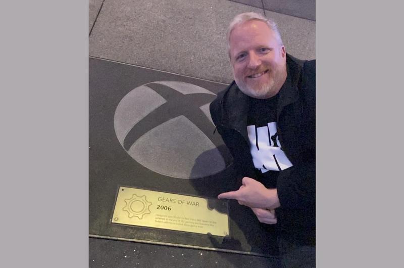 《戰爭遊戲》系列製作人羅德·弗格森,去年 12 月還在微軟劇院外和《戰爭遊戲》牌匾合照。(翻攝羅德·弗格森 Twitter)