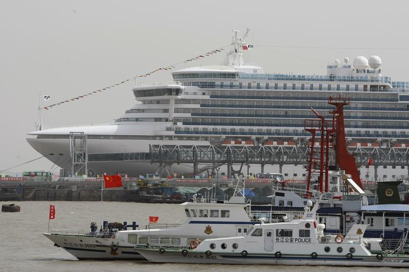資料畫面,鑽石公主號2010年搭載旅客停泊於上海吳淞港外。(東方IC)