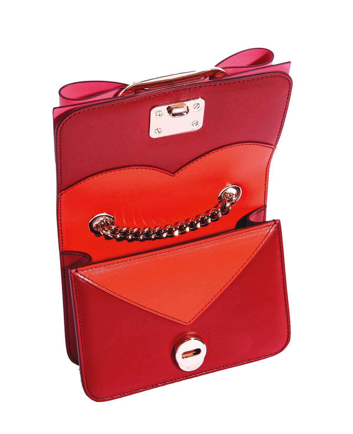 VARA紅色與粉色牛皮蝴蝶結包 NT$43,900(Salvatore Ferragamo提供)