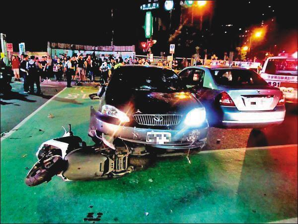 張博鈞酒駕除了壓壞機車,也衝撞到另一輛汽車,被警方依公共危險罪嫌移送法辦。(翻攝畫面)