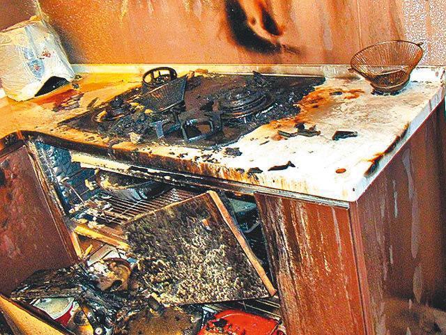 消防人員趕到命案現場時,瓦斯爐已被燒到焦黑。(翻攝畫面)