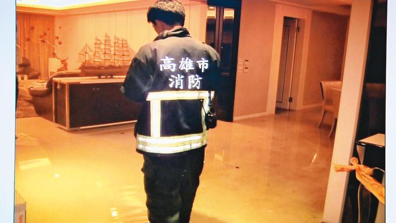 案發後,警消趕到劉郁志住處滅火,當時黃靖亞倒臥沙發上。(翻攝畫面)