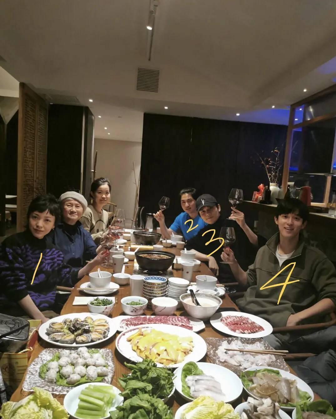 郭采潔近日與林彥俊及友人聚餐,疑似已開始為新劇提前做準備。(翻攝自豆瓣)