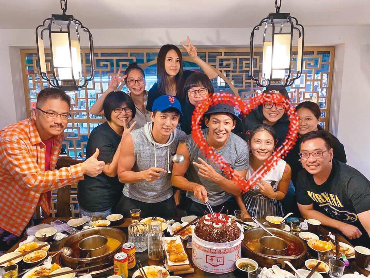 去年威廉(前排右3)生日,卓君澤(前排右2)陪伴在旁,女主人身分已被親友認證。(翻攝自威廉臉書)