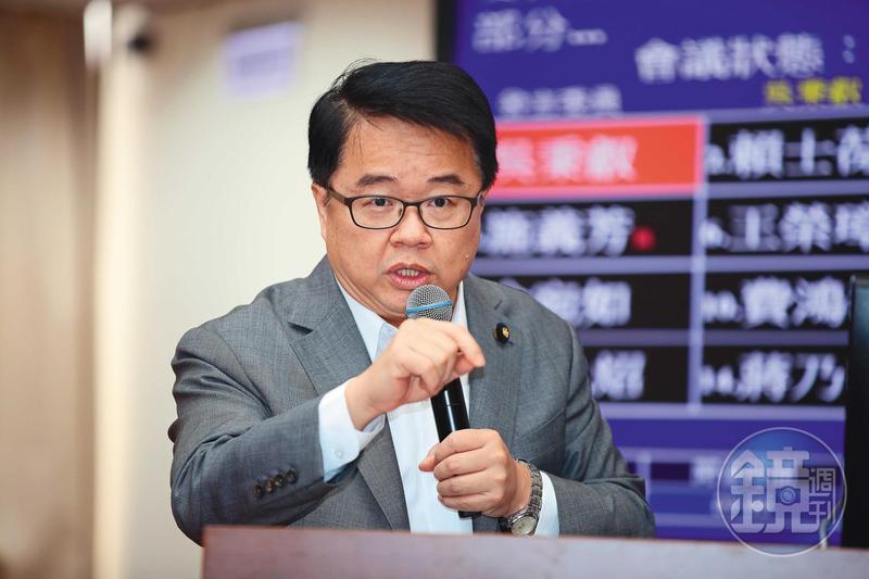 立委吳秉叡認為,如果單方面禁止加熱菸,恐出現與傳統紙菸兩套標準的矛盾情形。
