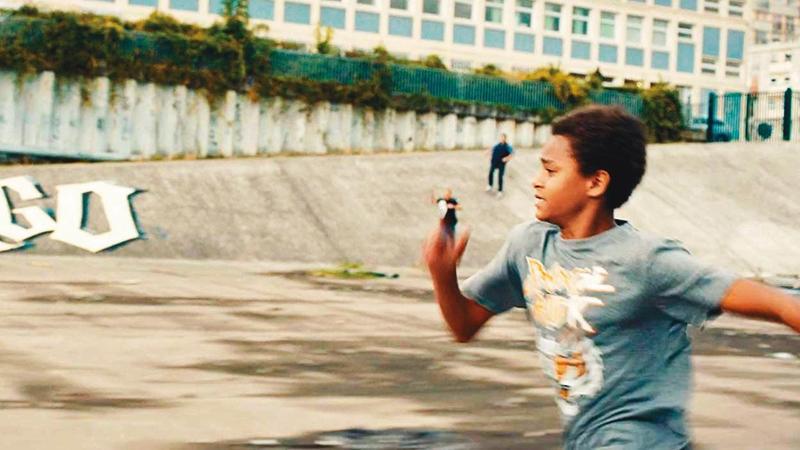 取材真實事件的《悲慘世界》,以非裔少年為躲避警察緝捕而遭到電死做引子,掀開法國種種社會問題。(海鵬提供)