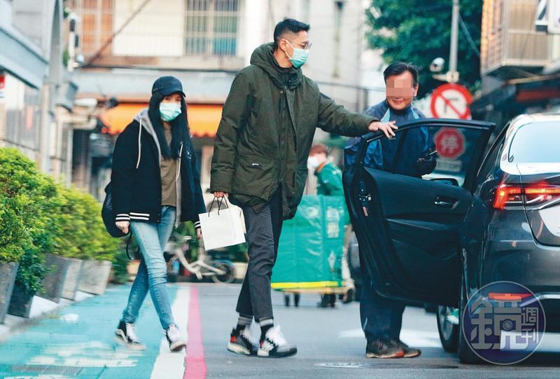 1/30 17:00,許瑋甯(左)與劉又年(右)戴醫療口罩出門,兩人很有禮貌對司機打招呼。