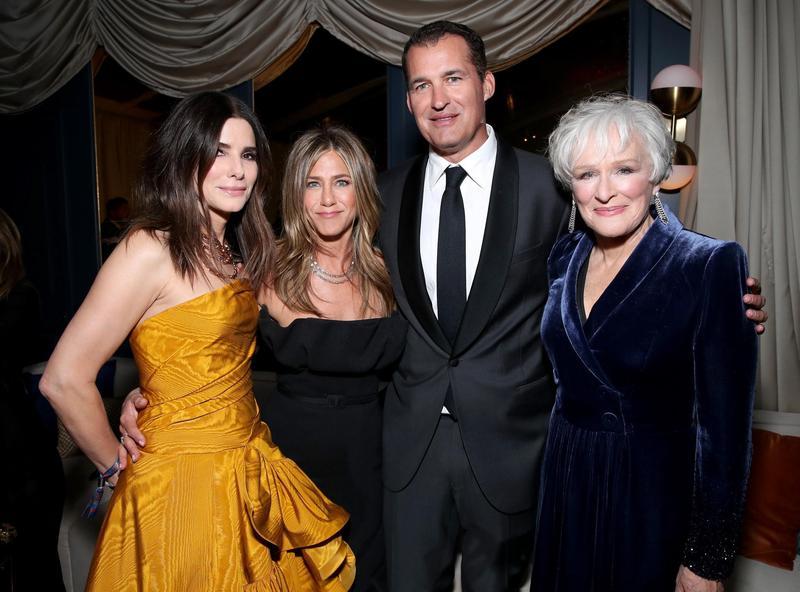 主掌原創電影部門大旗的史考特斯圖博(右二)今年與女星珊卓布拉克(左起)和珍妮佛安妮斯頓和葛倫克蘿斯(右一)出席金球獎派對。(翻攝自nbcboston.com)