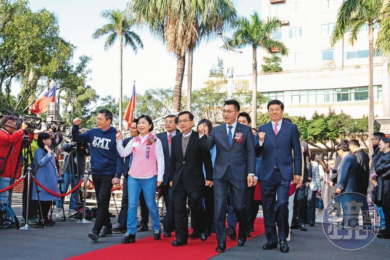青壯派力拱江啟臣(右2)擔任新領袖,盼以立委兼黨主席身分,落實藍營內造化改革。