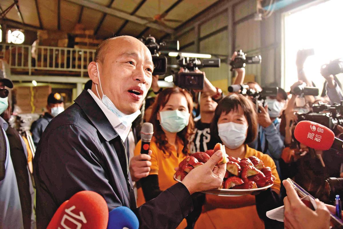 韓國瑜(左)角逐總統失利後,陷入罷免危機,江啟臣主張以市政優先來「保韓」。