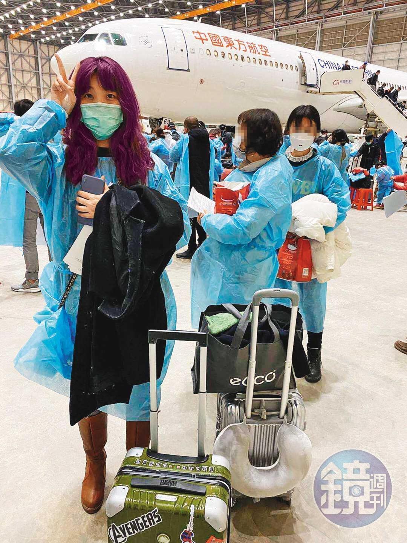 2月3日深夜,祝書旻搭乘東方航空包機順利返抵國門,她在機場感到疲憊與興奮,「耶,終於回家了」。(祝書旻提供)
