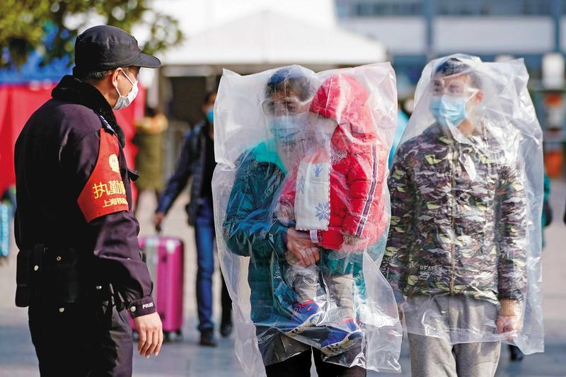 武漢肺炎疫情延燒,大陸民眾人人自危,有人直接以塑膠袋罩住半身。(達志影像)