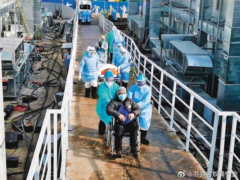 中國大陸未能控制住肺炎,圖為罹患武漢肺炎的病患被送進武漢火神山醫院。(翻攝自微博)