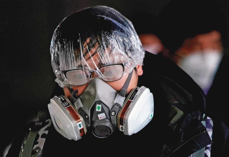 肉眼看不見病毒,人人自危,大陸甚至有民眾戴上防毒面具及浴帽求自保。(達志影像)