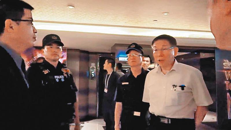台北市長柯文哲(右)去年九月,曾親自帶隊臨檢中山區酒店。 (翻攝柯文哲臉書)