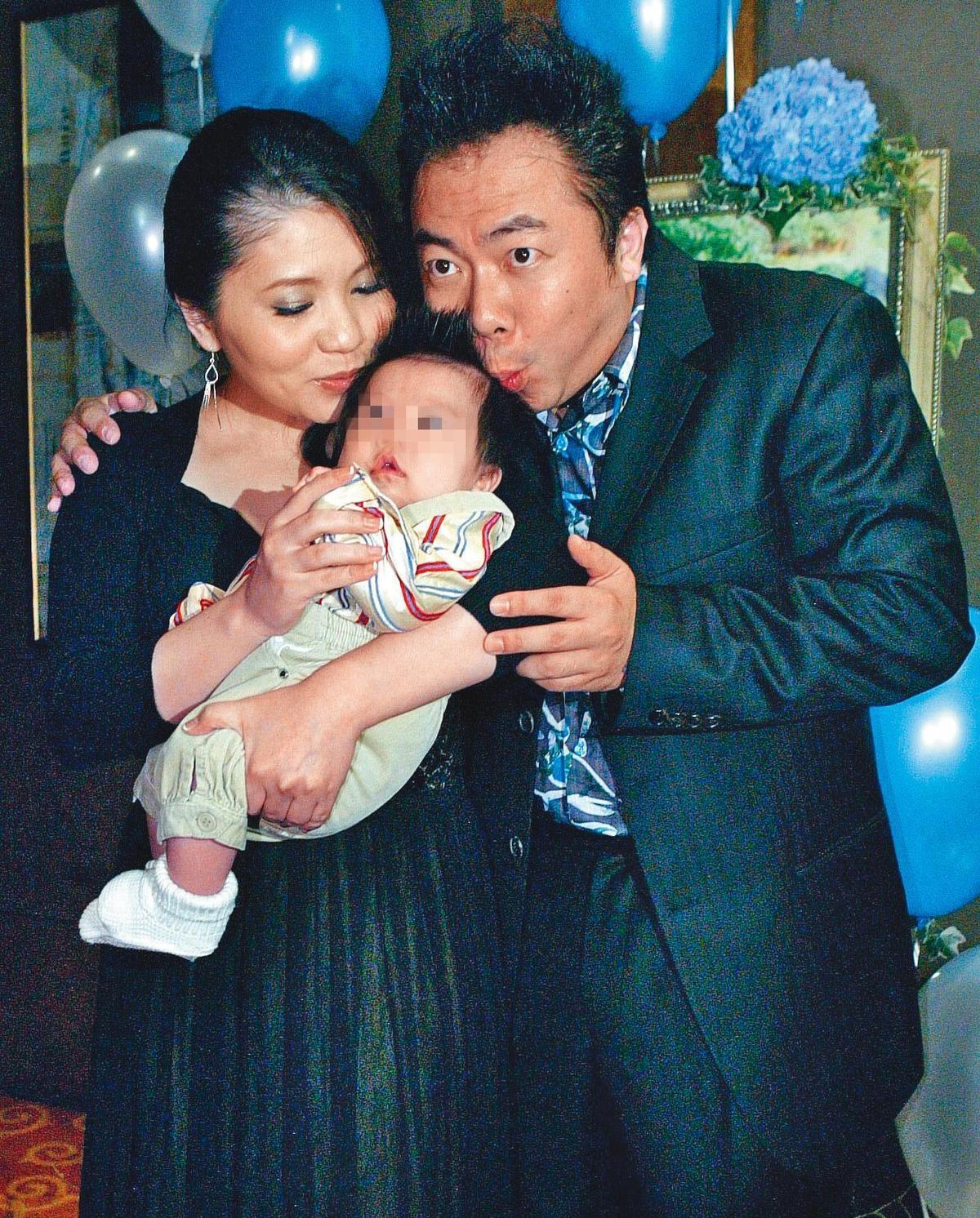 董至成(右)跟太太羅若云(左)婚後曾做人工受孕失敗,幸好他40歲時,太太為他生下兒子。(東方IC)
