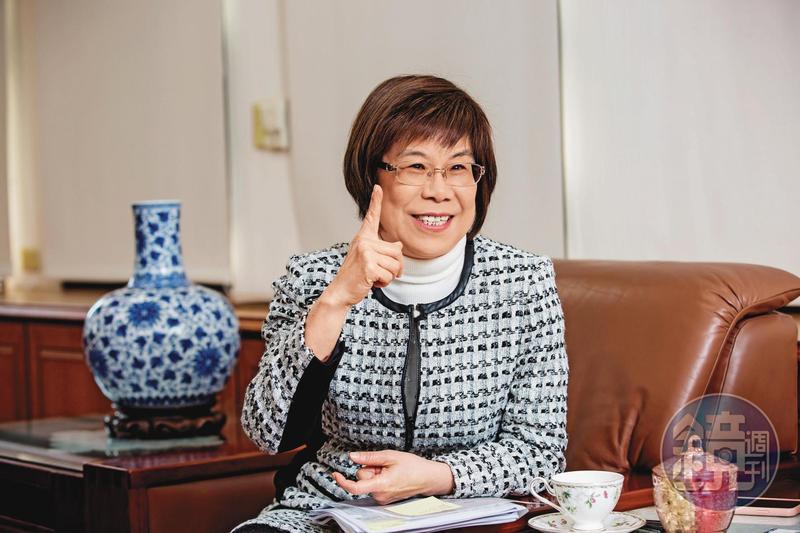凌忠嫄為活化老店彰銀,也不吝培養年輕員工外派開眼界。
