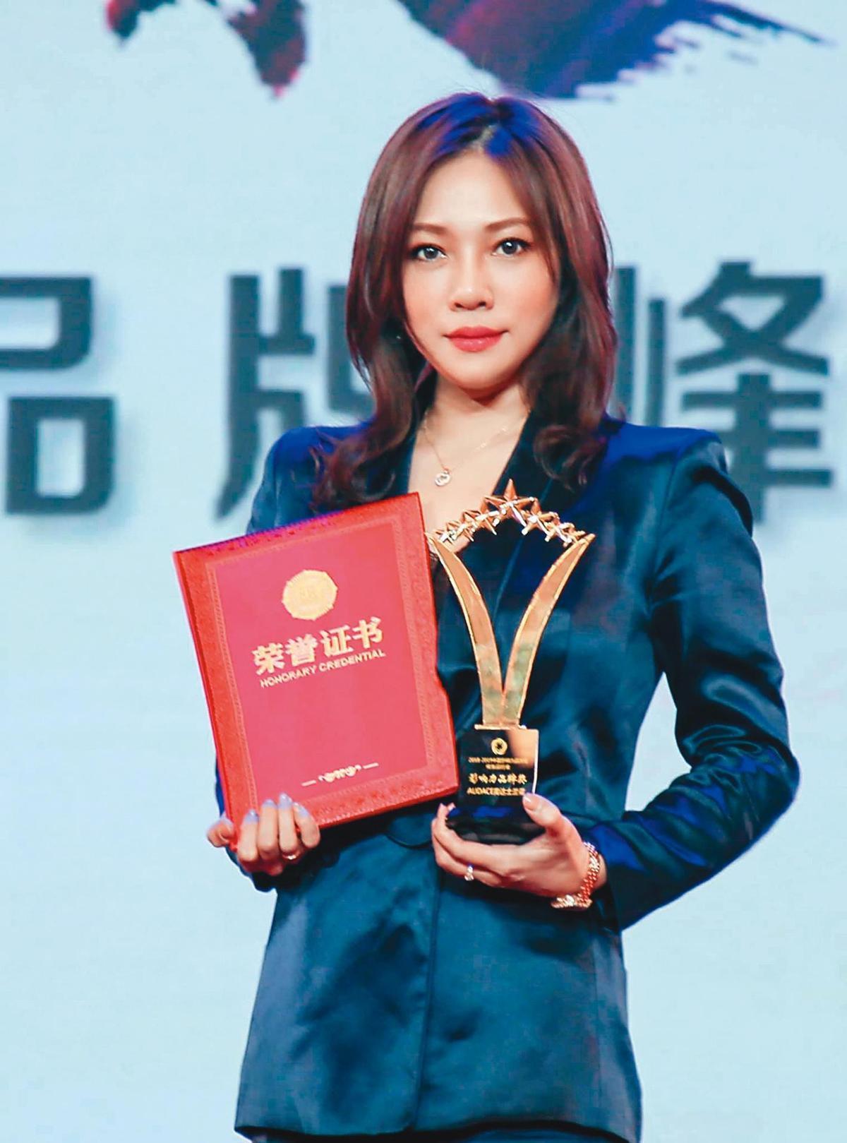 李詩翔是明道工作室的負責人,兩人也合創保養品牌並打出成績,營業額有破億元之譜。(翻攝自李詩翔臉書)