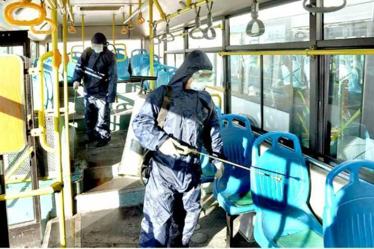 北韓的衛生人員在新義州的公車上進行消毒。(網路截圖:Rodong Sinmun)