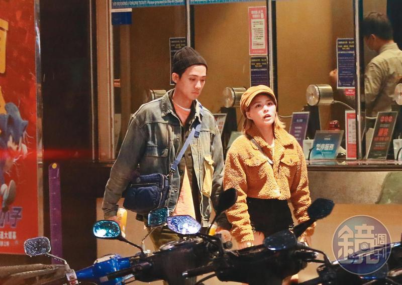 本刊直擊熊熊(右)跟李唯楓(左)準備看電影,因為在室外,兩人都無罩,而且看得出關係融洽。