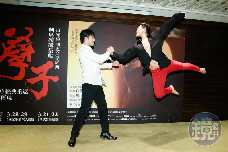 周孝安(左)與張逸軍以舞蹈方式還原《孽子》經典的「龍鳳血戀」。