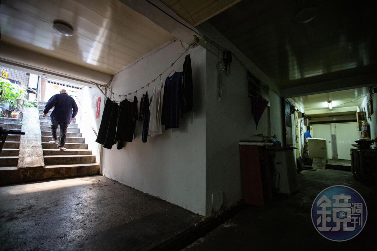 矮樓、違法隔間和地下室,這些一般人避之唯恐不及的房舍,卻是租屋市場裡的搶手貨,一群經濟弱勢的租客,全靠這樣的房子遮風避雨。