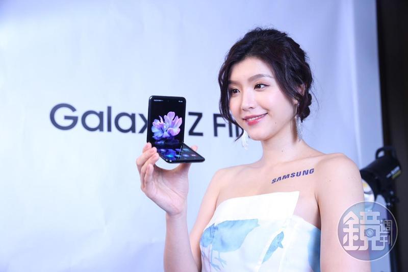 三星推出摺疊機Galaxy Z Flip於2月下旬就要在台銷售,但售價一樣不便宜,預購價48,880元。