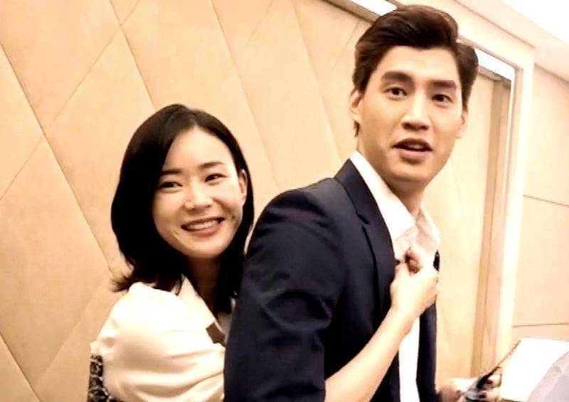 鍾瑶(左)、羅宏正(右)在《跟鯊魚接吻》,飾演一對相互競爭又必須相互合作的冤家。(三立提供)