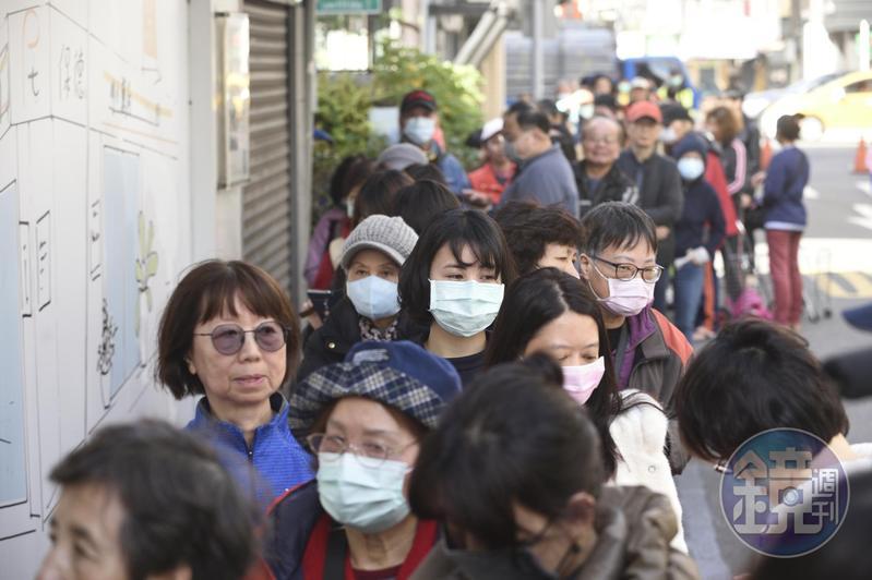 經濟部宣布延長口罩出口禁令、政府徵用口罩至四月底。