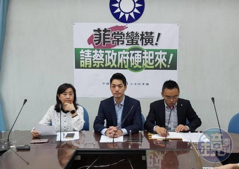 國民黨立院黨團今召開記者會,會中立委蔣萬安(中)、林奕華(左)者要求政府對菲禁令強烈回應。