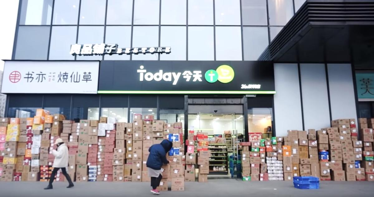 超商店員趕著上架商品。(翻攝自林晨同學YouTube)