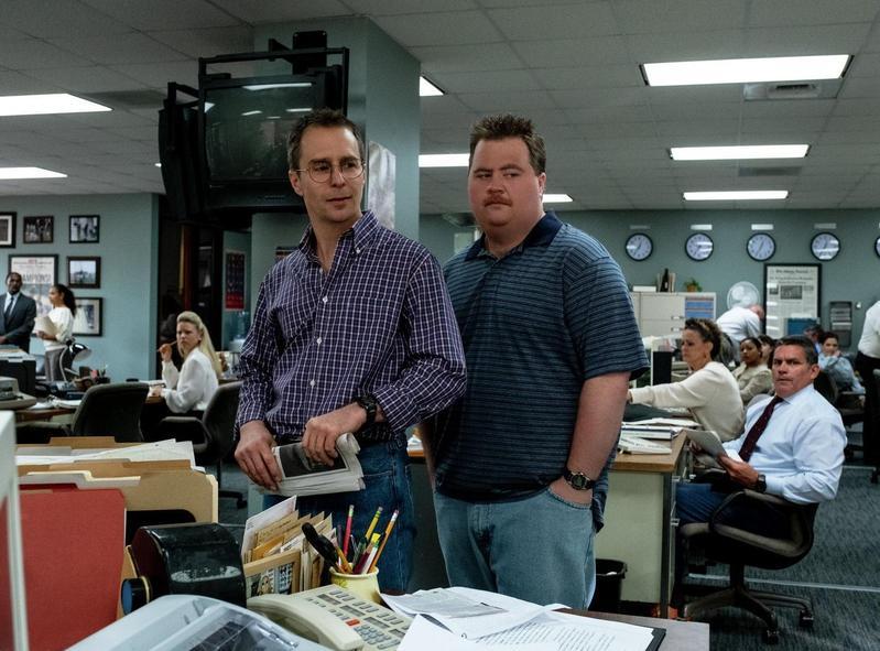 奧斯卡得主山姆洛克威爾(左)飾演辯護律師華森、飾演李察朱威爾的保羅華特豪澤,還原當年的爆炸案英雄,如何被輿論未審先判。(華納兄弟提供)