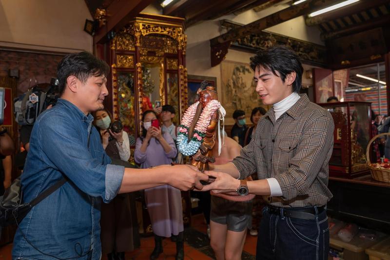宋柏緯從廟方接過月老神像。(TVBS提供)