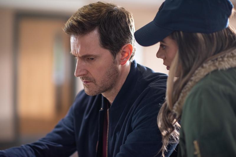 小鎮律師亞當的平靜生活,因為陌生女子告訴他一個祕密,開始有了不同。(Netflix提供)