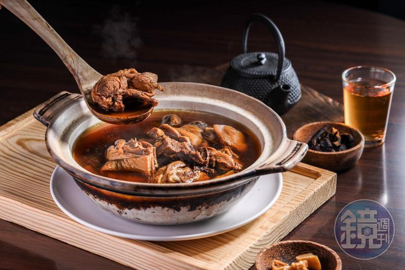 「家家客家菜館」的招牌菜「陳年老菜脯雞湯」,加了2種菜脯燉煮。