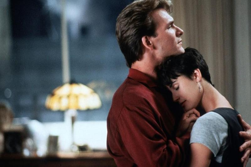 派屈克史威茲(左)與黛咪摩爾主演的《第六感生死戀》是不少影迷心目中的愛情經典。(傑捷提供)