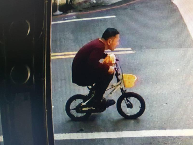 160公分的竊賊偷騎兒童腳踏車,被路上監視器錄下。(翻攝畫面)
