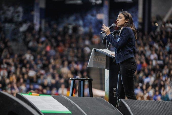 美國史上最年輕國會女議員柯蒂茲2016年曾加入桑德斯問鼎白宮的競選團隊,她自稱是受到桑德斯激勵而投入政治。圖為她幫桑德斯站台。(翻攝推特)