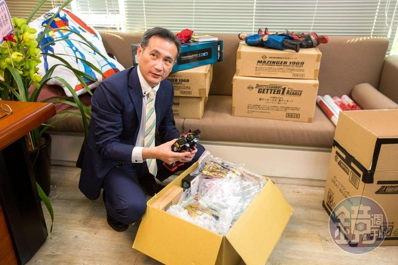 辦公室內滿滿的箱子,都是鄭運鵬的玩具收藏。