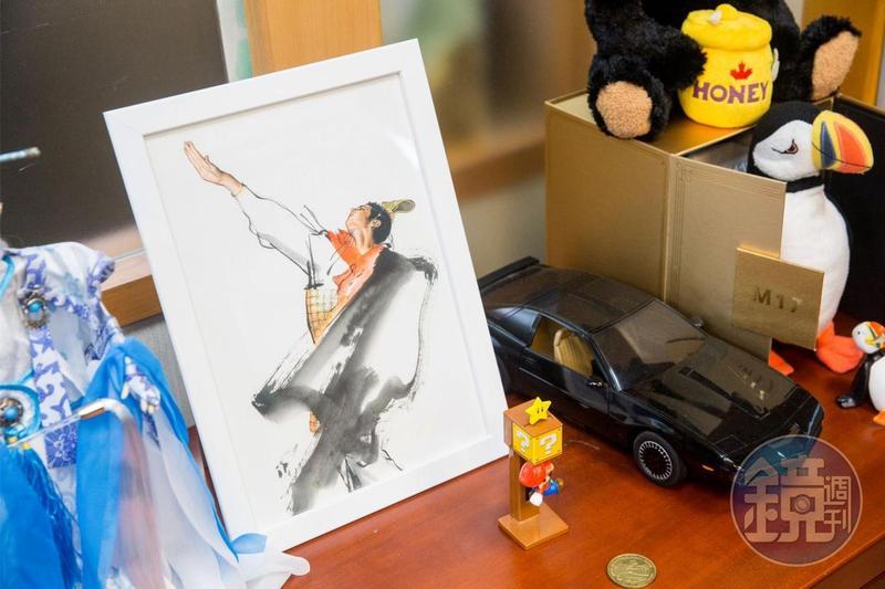 喜歡畫畫、也愛看漫畫的鄭運鵬,辦公室一隅也擺放了台灣已故漫畫大師鄭問的畫作。